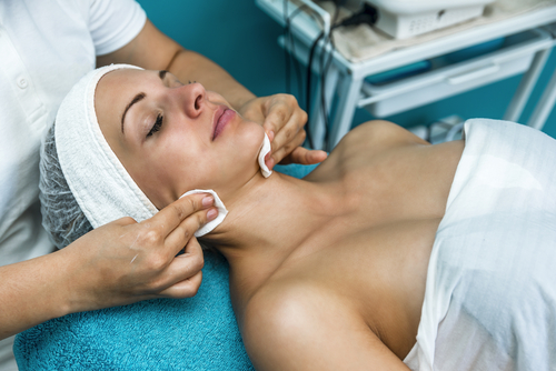 beautiful woman having cosmetic treatment at beauty salon-img-blog